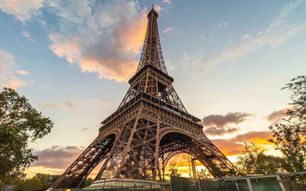 Torre Eiffel ao anoitecer