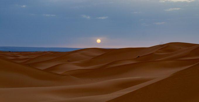Nascer do sol no deserto do Saara