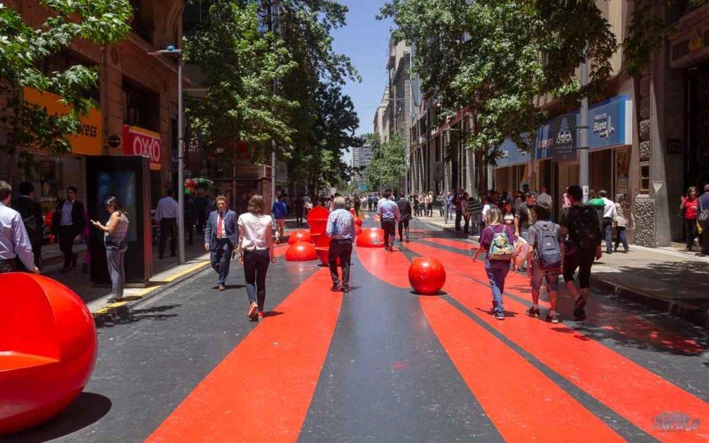 Rua colorida em Santiago