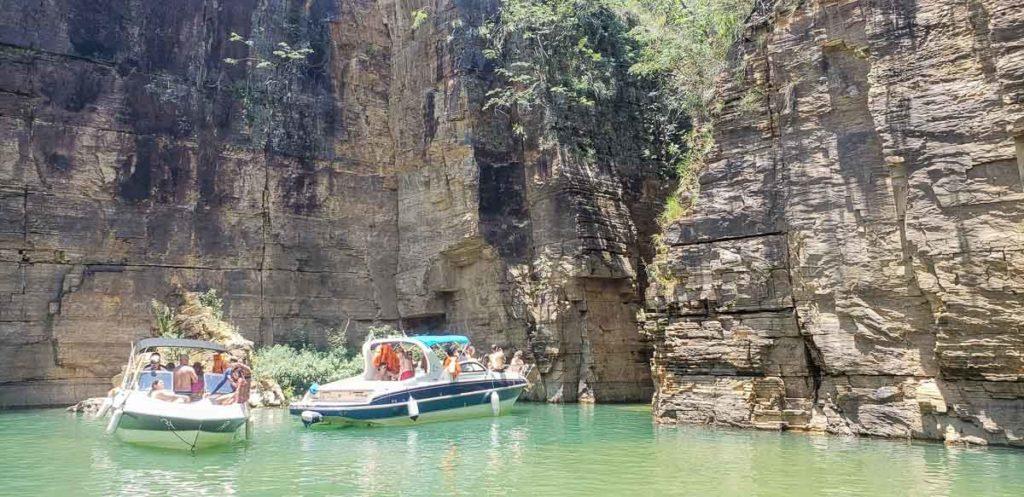 Passeio de barco no Lago de Furnas