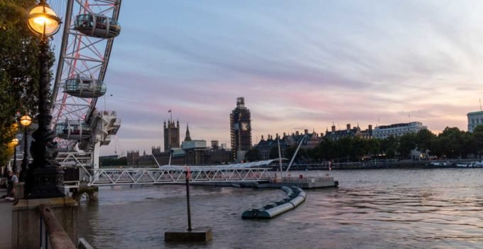 Vista do Waterloo Pier em Londres