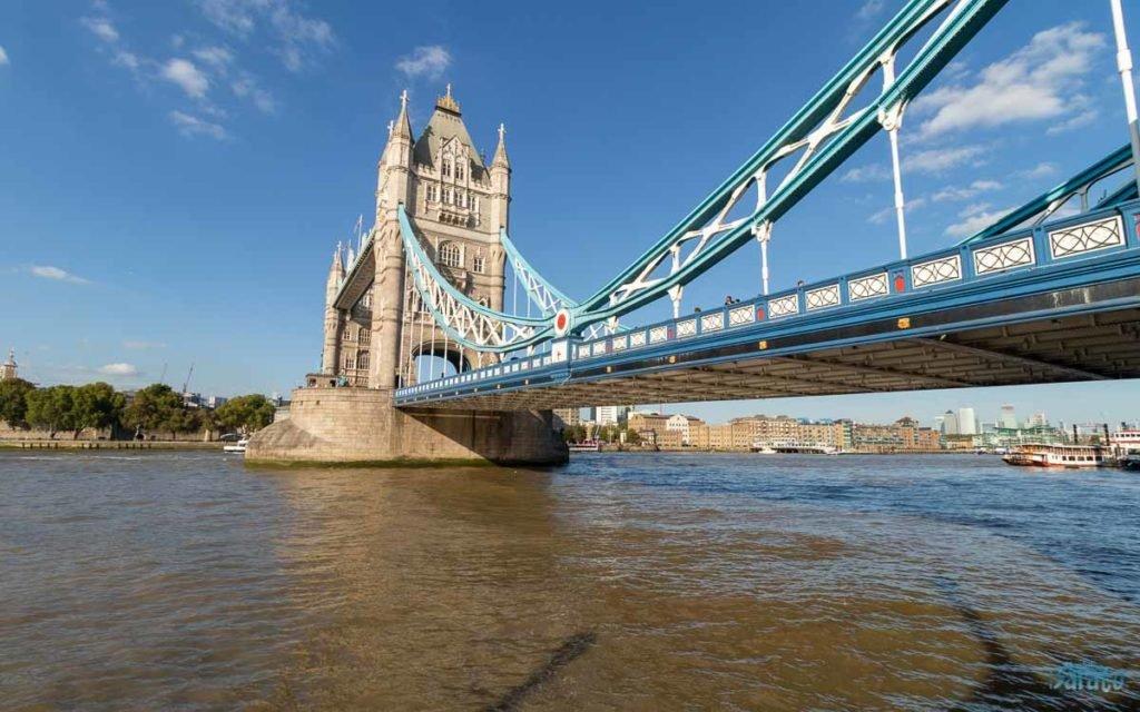 Tower Bridge vista das margens do rio Tâmisa