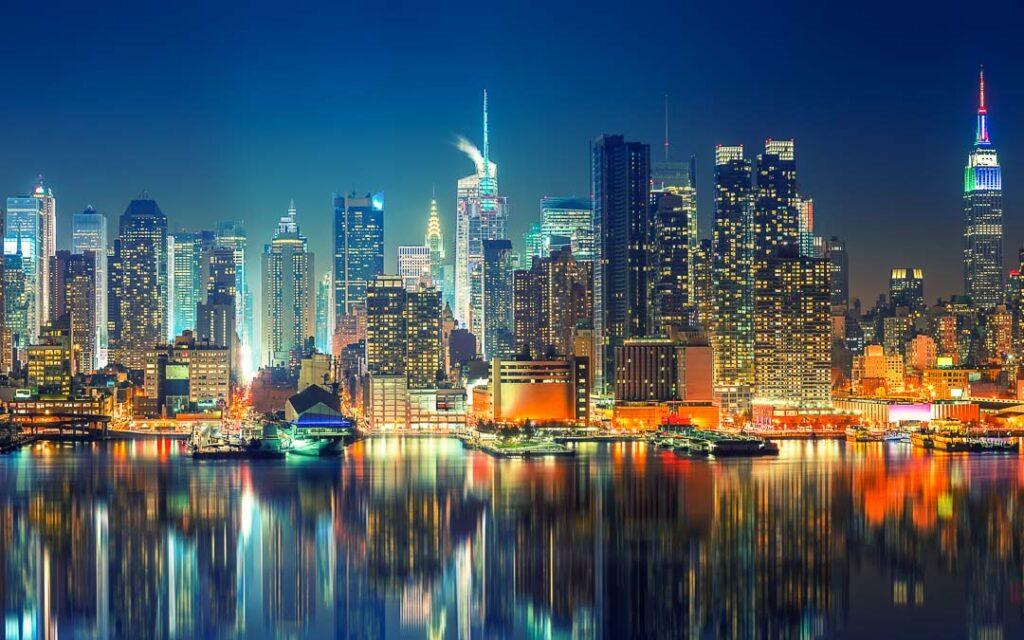 Vista noturna panorâmica de Manhattan.